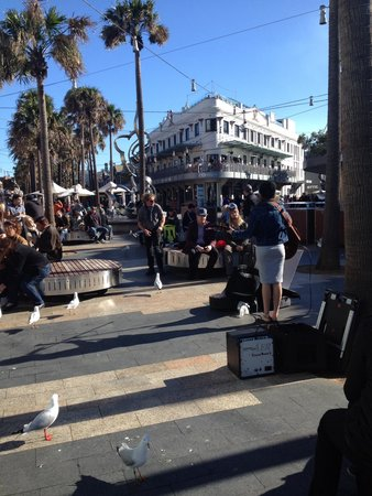 Manly Beach : Lots of visitors enjoying the buskers and the many shops and pubs just a two minute walk from th
