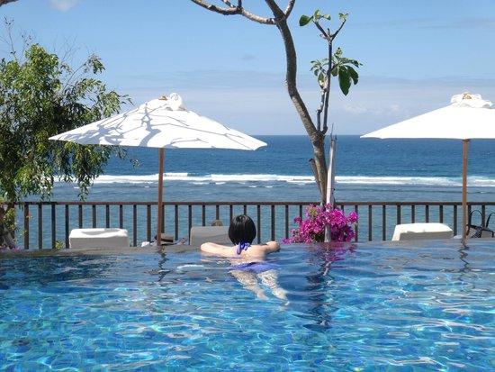 Samabe Bali Suites & Villas: 海景游泳池