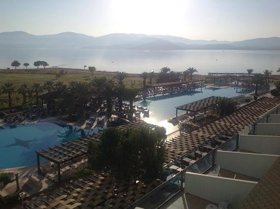 Venosa Beach Resort & Spa: Early morning view pool & sea