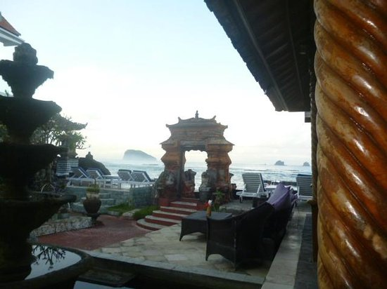 Puri Oka Beach Bungalows: our view at dinner
