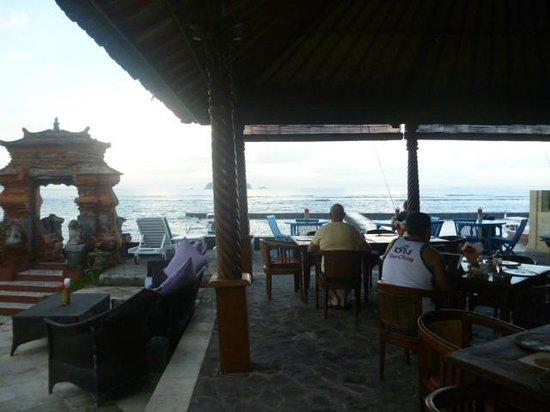 Puri Oka Beach Bungalows: dining area