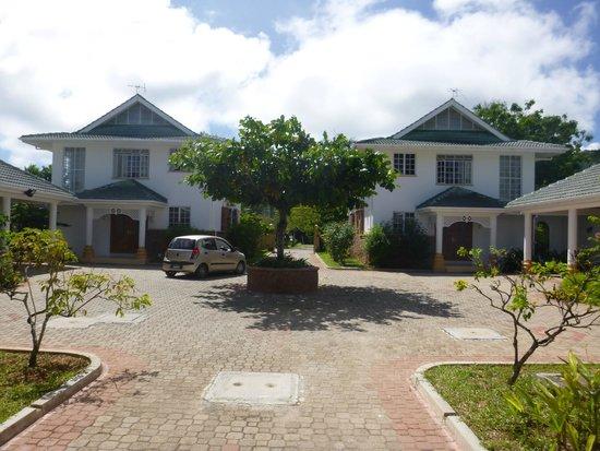Ocean Jewels Resort : Häuser an der Straße