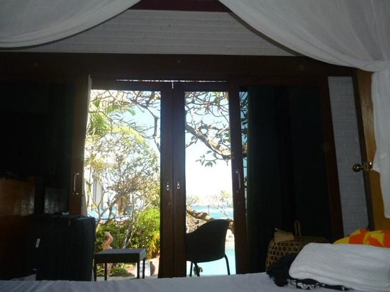 Puri Oka Beach Bungalows: 4 poster bed