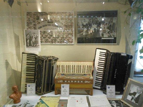 Una vetrina del Museo della fisarmonica