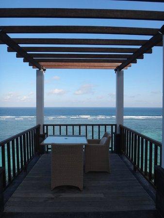 Samabe Bali Suites & Villas: 游泳池旁的海景用餐區