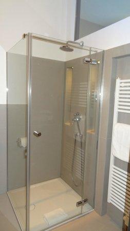 Hotel Volksschule: Sauber und mit viel Platz - das Badezimmer