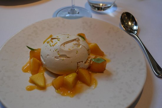 "The Ledbury: Dessert du menu ""Baked Meringue Peach, Citrus and Vanilla"""