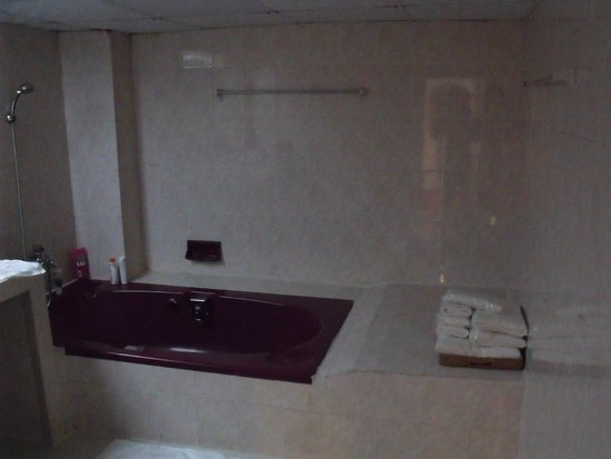 Central Hotel Yangon : Huge Bathtub