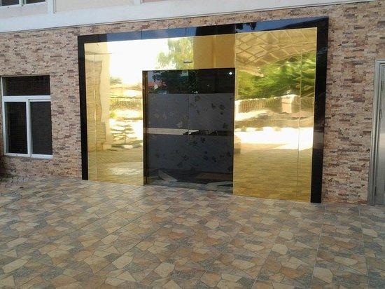Randekhi Royal Hotel: Front Entrance to Gold Wing hotel