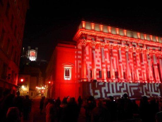 Fete des Lumieres Lyon : Les 20 colonnes illuminées avec en fond la basilique de Fourvière