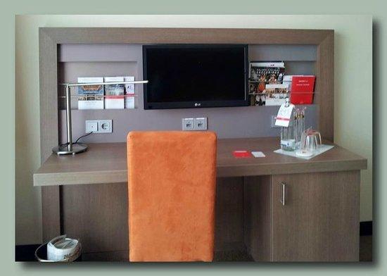 IntercityHotel Leipzig: Schreibtisch, Steckdosen als Dauerstromgeber beschriftet, wichtig zum Aufladen.