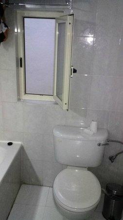 Osborne Hotel: Dimensioni finestra bagno.