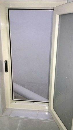 Osborne Hotel: Dimensioni finestra del bagno.