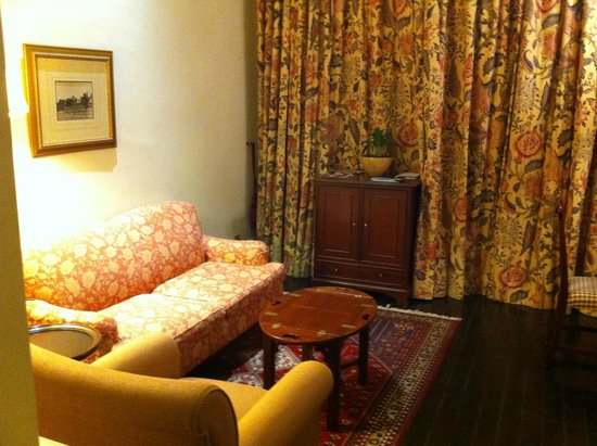 Raffles Hotel Singapore : Courtyard suite sitting room