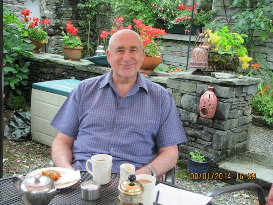 Elterwater Park Country Guest House: Sat in garden welcomed with cake and hot drinks