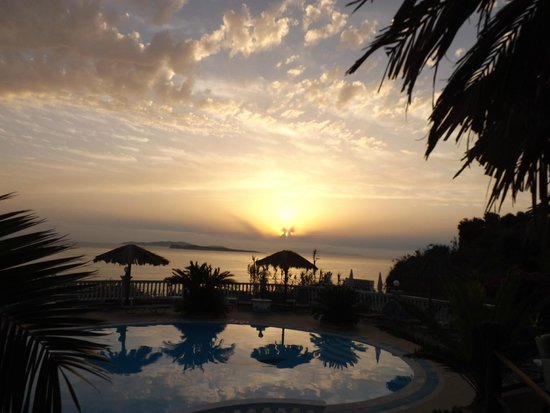 Terezas Hotel: Sunset at Terezas Greek Night