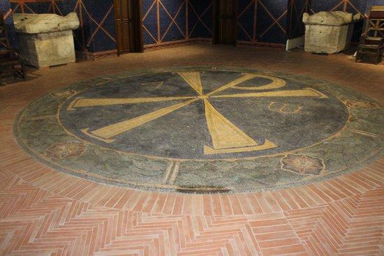 """Viminacium: Het oude """"Christus"""" teken verwerkt in de vloer van het museum"""