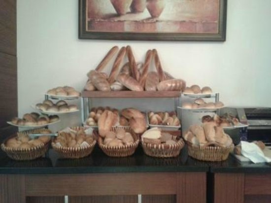 Crowne Plaza Hotel Antalya: The bread stand at breakfast