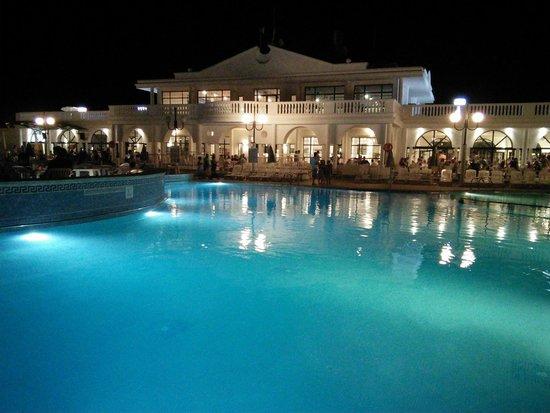 Grupotel Mar de Menorca: Hotel at night