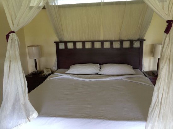 Anini Raka Resort & Spa: After housekeeping made the bed nicely