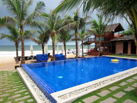 Ananda Resort: View of the pool and beach
