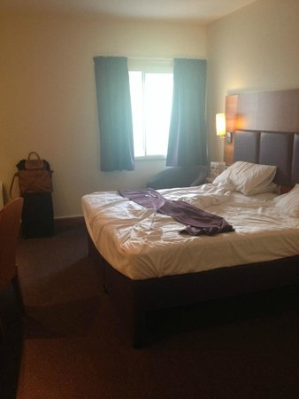 Premier Inn Watford Central Hotel: Massive bed and lovely room!