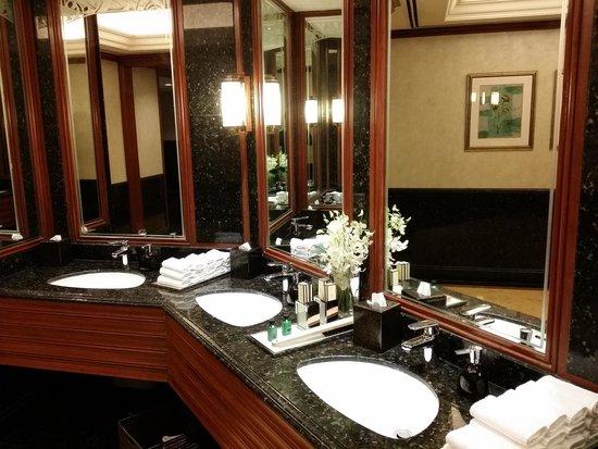 Shangri-La Hotel, Singapore: Great public restroom