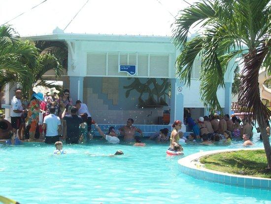 Blau Marina Varadero Resort: Cola para la cerveza dentro de la piscina.