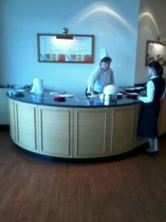 Warsaw Marriott Hotel: Breakfast - omelette station