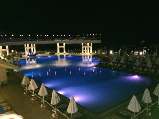 Orka Sunlife Hotel: Evening poolside