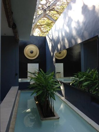 Kembali Villas : water feature near villa entrance