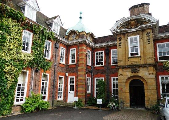 Barnett Hill Hotel: An attractive and impressive building.
