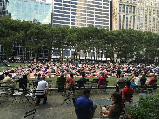 Bryant Park : Mass Yoga