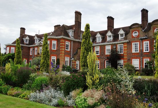 Barnett Hill Hotel: Grounds to rival many a National Trust Garden.