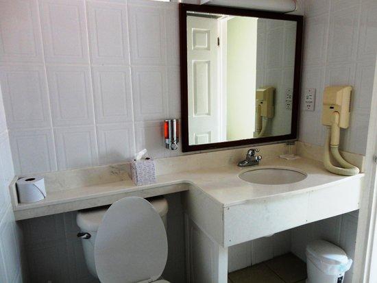 Auberge Seraphine: Bathroom