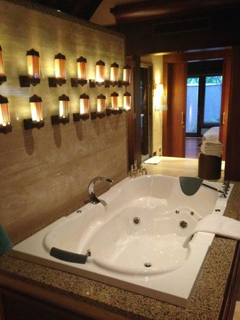 Constance Ephelia: Jacuzzi in the spa villa