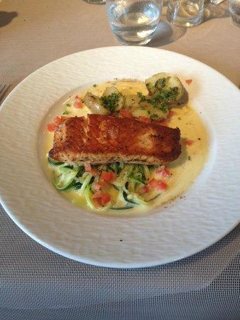 Restaurant Le Château du Port : Plat : saumon (sauce au beurre)