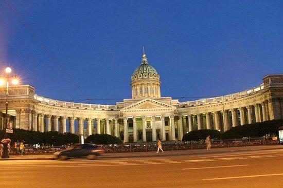 Kasaner Kathedrale: Вид на собор с Невского проспекта. Белые ночи...