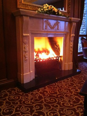 Mount Errigal Hotel: Fireplace in the Spacious Lobby