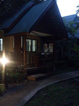 Aonang Cliff View Resort: Ночной вид бунгало