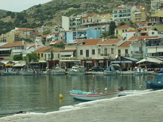 Zorbas Hotel: Pythagorion Harbour- Zorbas is the blue building in the Centre