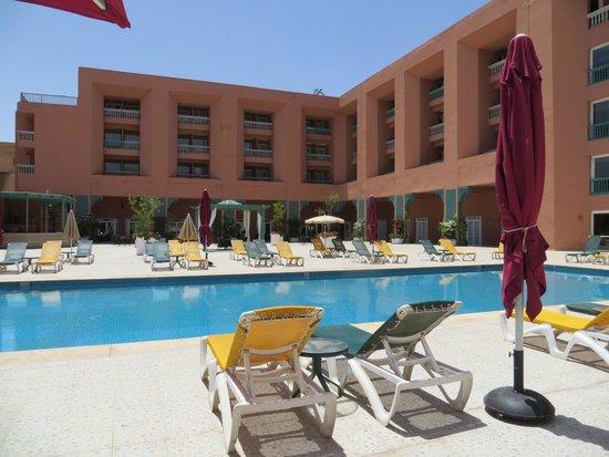 Riad Mogador Gu liz : La piscine au centre, les chambres, autour, resto en bas