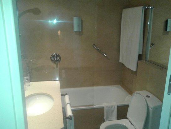 Sercotel Suites Viena: Minúsculo Baño