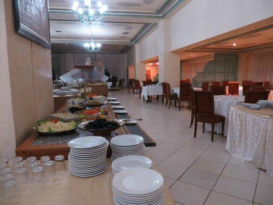 Riad Mogador Gu liz : Le buffet dressé dans la salle à manger
