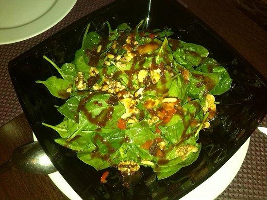 """La Bruja Omkara: Ensalada de espinacas baby con frutos secos y salsa """"secreta"""""""