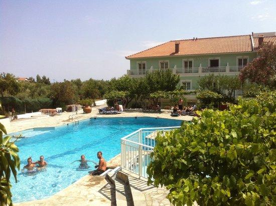 Evelin Hotel: Utsikt över den härliga poolen!