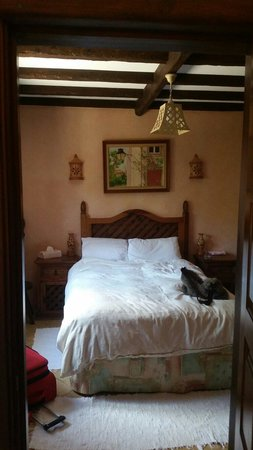 Salsalito: My beautiful Sintra room. The bed is so comfortable. Room air conditioned.