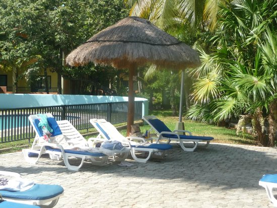Hotel Riu Tequila: Loungers by the pool, plenty of them.
