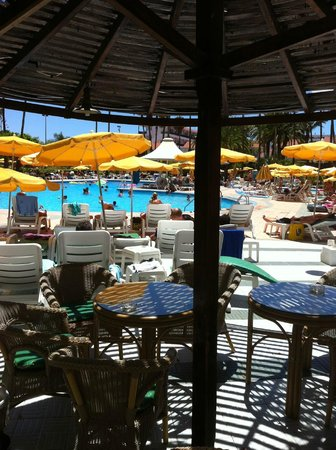 Hotel Eugenia Victoria: salle a manger extérieure vue sur la piscine