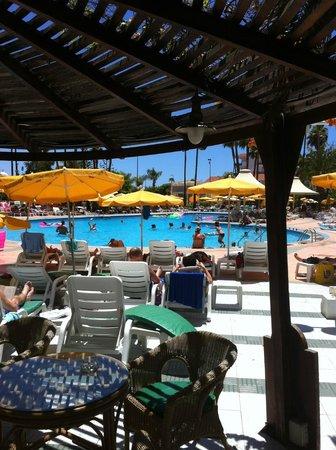 Hotel Eugenia Victoria: salle à manger extérieure vue sur la piscine